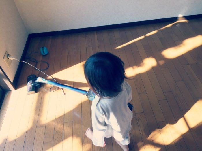 二歳掃除機かけてるところ